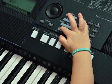 tre-em-hoc-dan-piano-organ-do-tuoi-nao-duoc